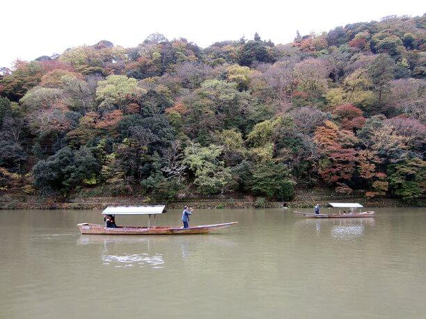 大堰川をゆっくりと遊覧する屋形船